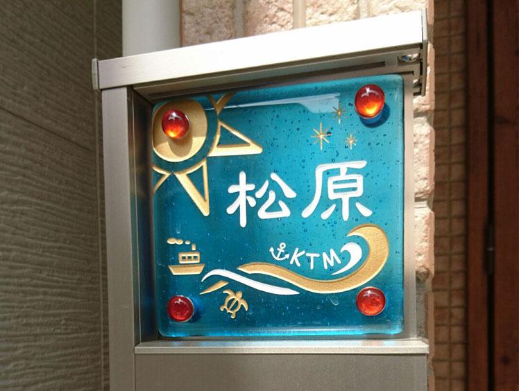 手作りガラス表札II「にじいろ」(特注サイズ120x115mm)、飾りビス(大)付き:スカーレット