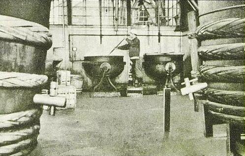樽を使ってソースを作っている製造工場