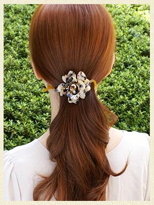 アニマル柄のお花クリップで、髪をまとめた簡単ヘアアレンジ