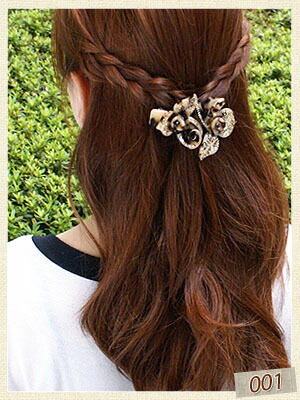 両サイドの髪を三つ編みにして、お花バレッタで留めています