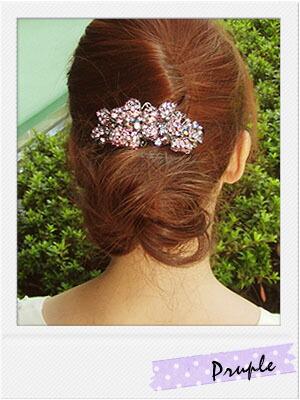 盛り髪とお団子ヘアにしたあと、お花のバレッタをつけています