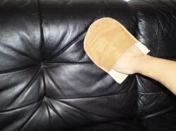 革のソファをケア2