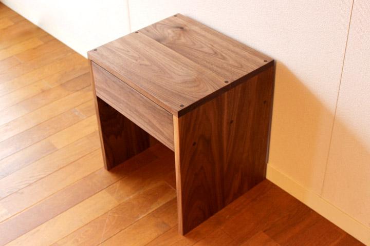 ウォルナット無垢のサイドテーブル