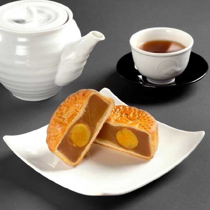 皿に盛られた月餅とポットと茶碗に入った烏龍茶