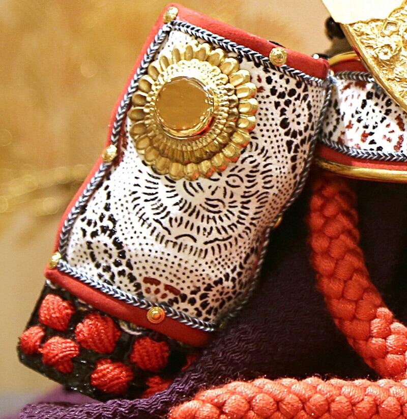 家紋入れ 小柴鑚穂作 和紙小札1/3兜 床飾り 正絹赤糸縅 十五間二方白造り