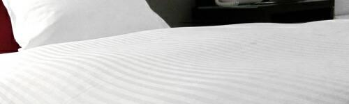 ベッドカバーの色 ホテルでは白ストライプのデュベが最近は主流です