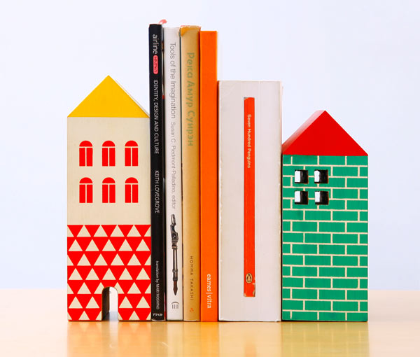 本棚にヨーロッパの小さな家