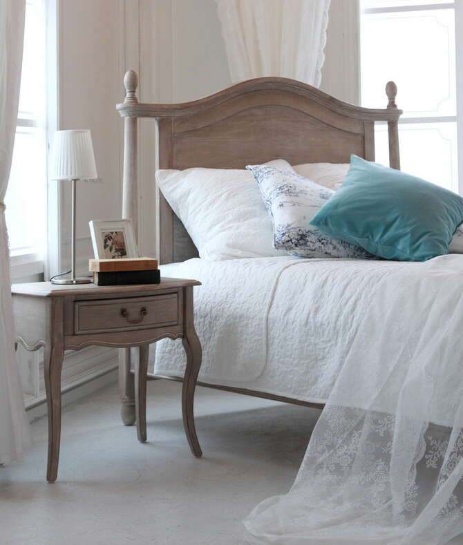 ベッドの横に置くナイトテーブル