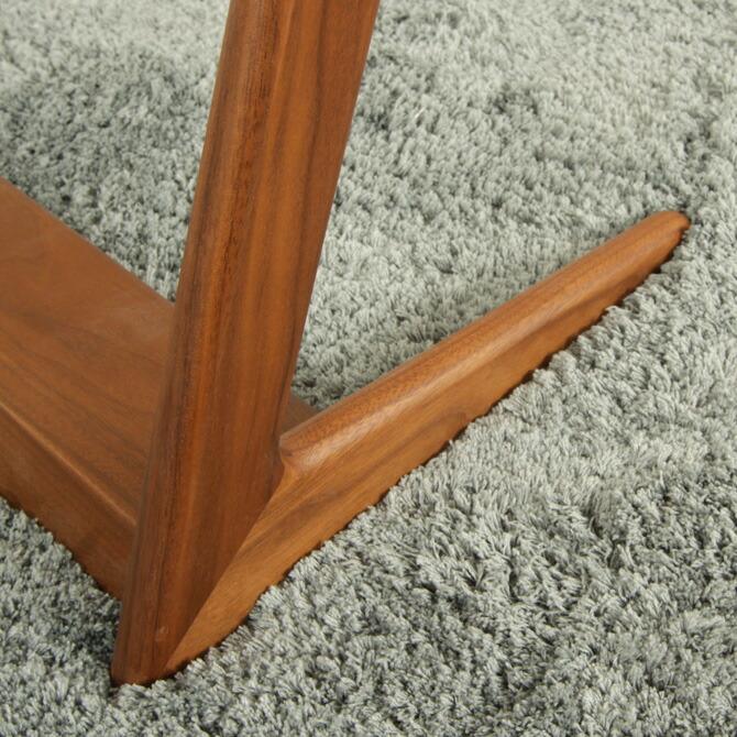 「スマート!サイドテーブル」幅45cmぬくもり感じる天然木を使用しており、滑らかで高級感があります。