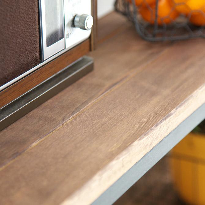アトム シェルフ 4段 棚板は天然木の滑らかなオイル塗装を施し、北欧の印象に。厚さ20mmの棚板の裏面には補強桟を垂直に取り付けて強度をアップ