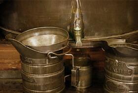 ニースの食通たちはアルジアリの店で樽からこのオイルを買います。