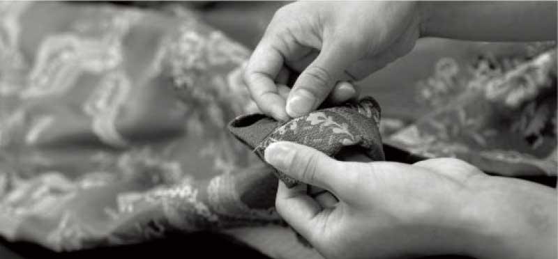 縫目が目立たないように手作業で丁寧にまつり上げています