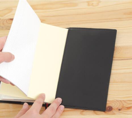 次にIDEAノートを右側ポケットにセットします。左側ポケットにLIFEノートをセットして完成です!