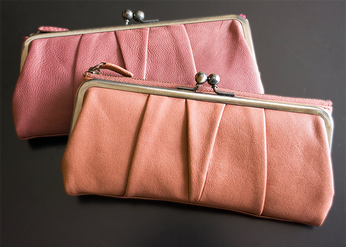 40b2869a5eef クラッシックながま口の使いやすさと長財布の収納力を融合! 飾り過ぎないシックなギャザーデザインと穏やかカラーが心地いい。日常の道具にしておくには ...