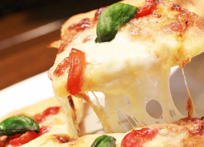 金のチーズのせピザ