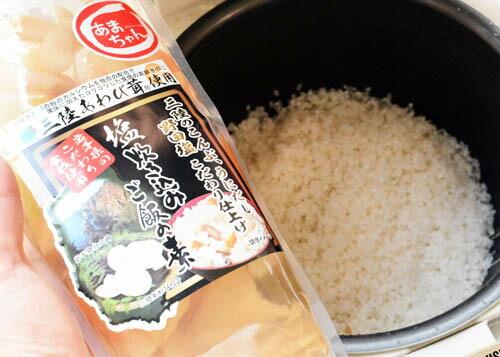 炊飯器にお米をいれます