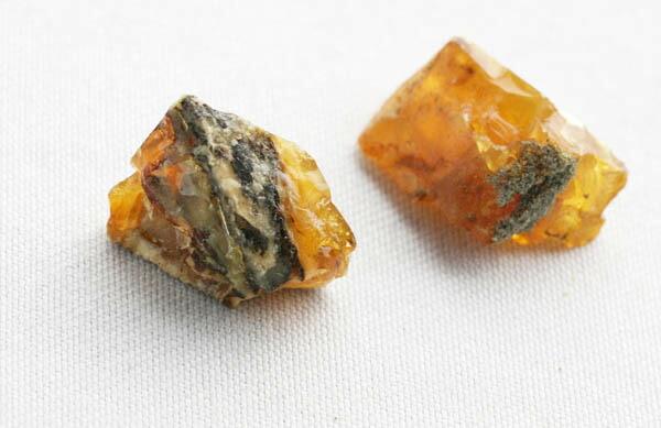 琥珀原石のカケラ