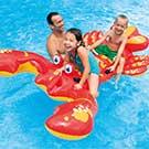 プールの中でフロートに乗るアメリカの子供達と父親