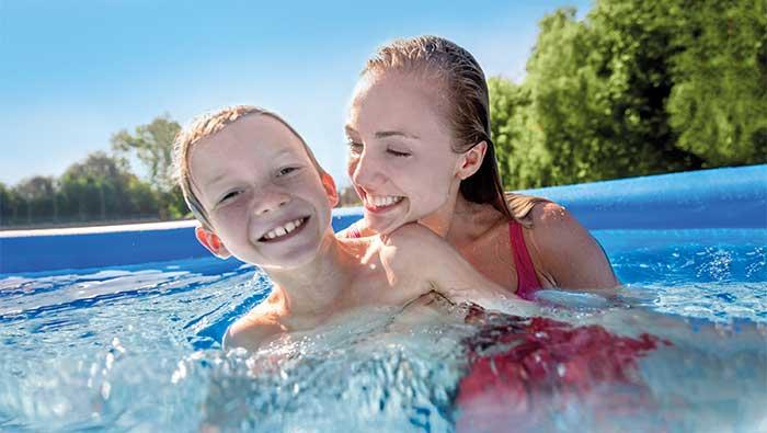 イージーセットプールで笑顔で泳ぐ金髪の女性と男の子