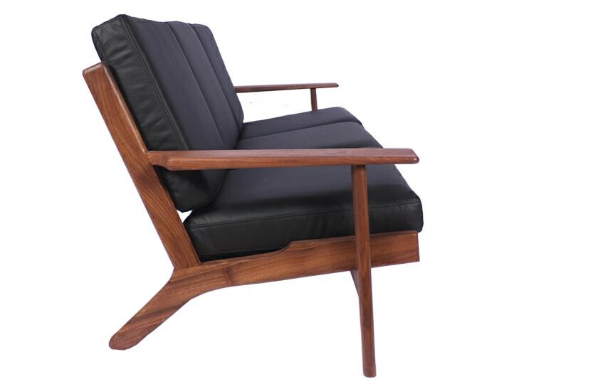 """1953年、ハンス・J・ウェグナーによってデザインされたソファ""""GE290""""。GE290は今も世界中で愛される名作中の名作家具です。北欧デザインのソファは、年齢や性別に関係なくとても人気があります。"""