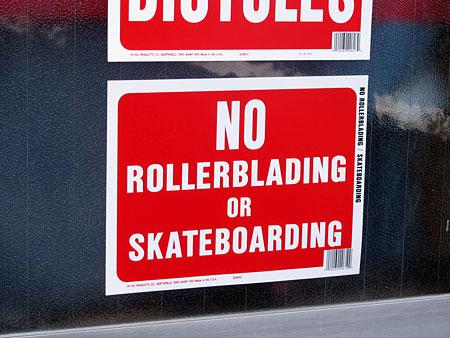 サインプレート(案内表示板) ローラーブレード、スケートボード禁止 サイズSの使用例