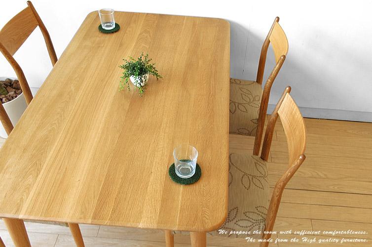 無垢材の北欧テイストのダイニングテーブル