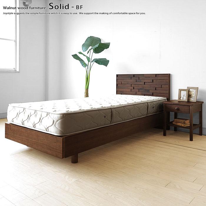 石畳やレンガを彷彿とさせる芸術性の高いデザインのベッドフレーム