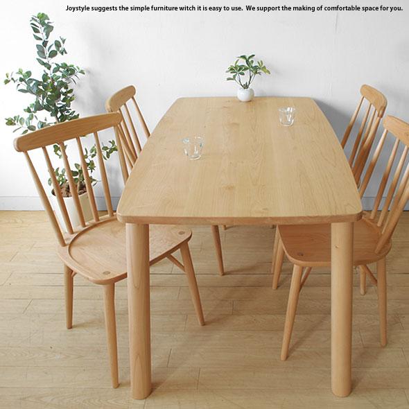 メープル材で作られた優しい木目のダイニングテーブル