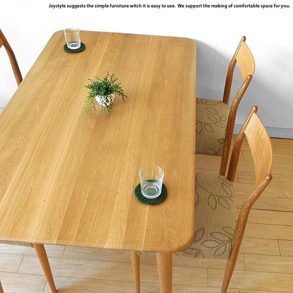 無垢材を使用した北欧テイストのテーブル