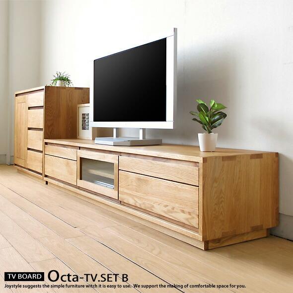 メイン素材にナラ天然木、取っ手部分のみウォールナット材を使用したTVボードとサイドボード