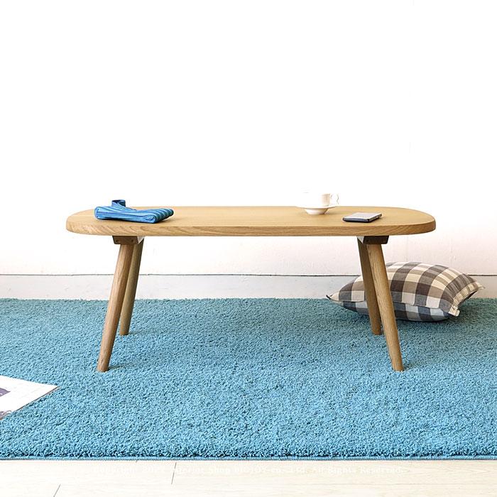 ナラ無垢材で作られた重厚なデザインのリビングテーブル