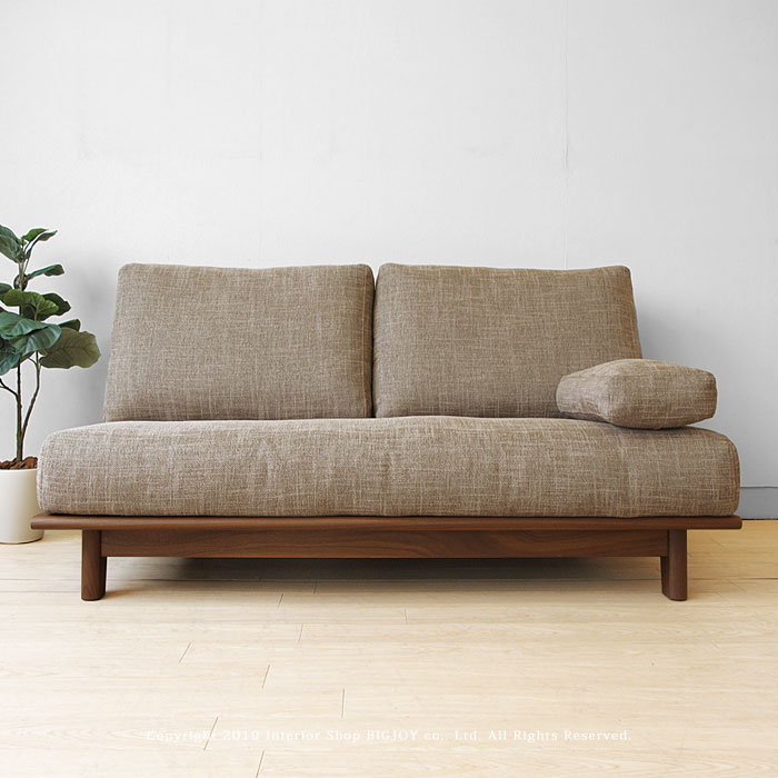 肘のないスマートなデザインの木製ソファ