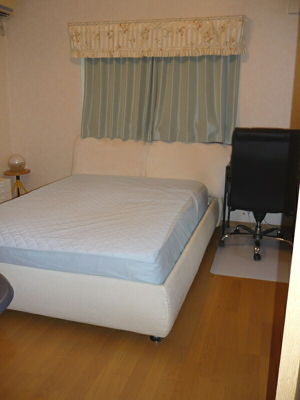 2011-1124-bedroom01.jpg