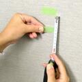 壁に貼ったテープから、先ほど計った距離の位置にテープを張ります。