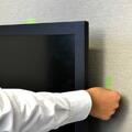 テレビの設置場所が決まったら、テレビの上側、横側の壁にそれぞれテープを張ります。