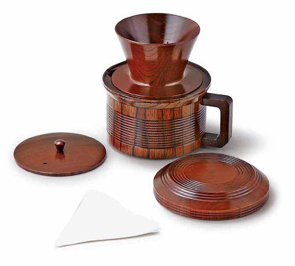 木製のコーヒーポット、ドリッパー、フィルターのセット