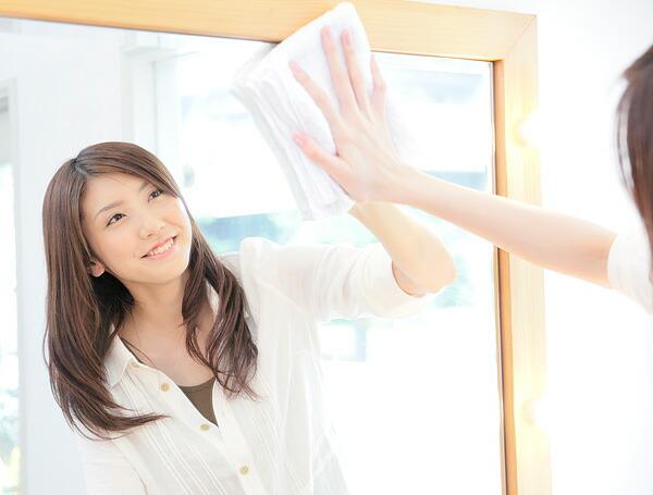 通常の鏡のお手入れは、柔らかい布で鏡を乾拭きして下さい。リフェクス(リフェクスミラー)の汚れは製品に付属専用クリーナークロスでソフトに拭いて下さい