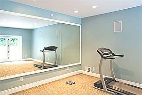 トレーニングルームに設置された鏡
