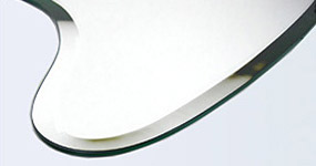 鏡(ミラー)のクリスタルカット(面取り加工)は鏡のクリスタル感を高め、居住空間をより美しく演出する効果があります