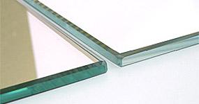 通常の鏡は無色透明ではありません。いま貴方の鏡には実は青緑がかった色がついています。スーパークリアーミラー(高透過超透明鏡)は超透過ガラスを使用した超透明の鏡です