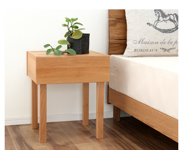 シンプルなアルダー材のナイトテーブル_08