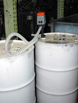 ドラム缶(200L)1缶分を約10分で吸い上げ!