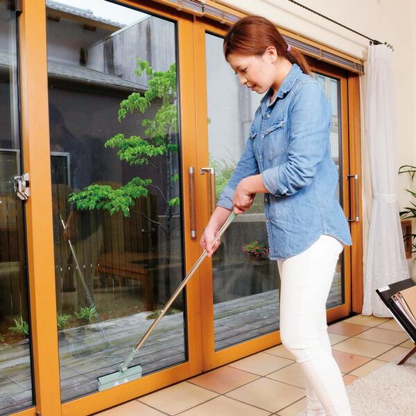 「クロワッサン」で紹介。水拭きと水切りが一度にできる掃除道具。