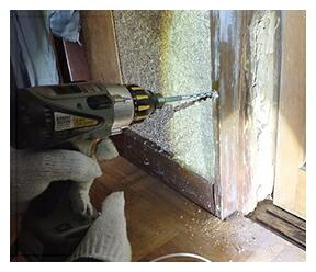 木材内部に害虫がいる場合は、ドリルなどで木部を穿孔し、その穴へ本品を適量注入処理します。