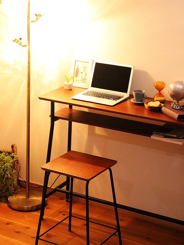 ウォールナット天然木のカウンターテーブル 間接照明との組み合わせ