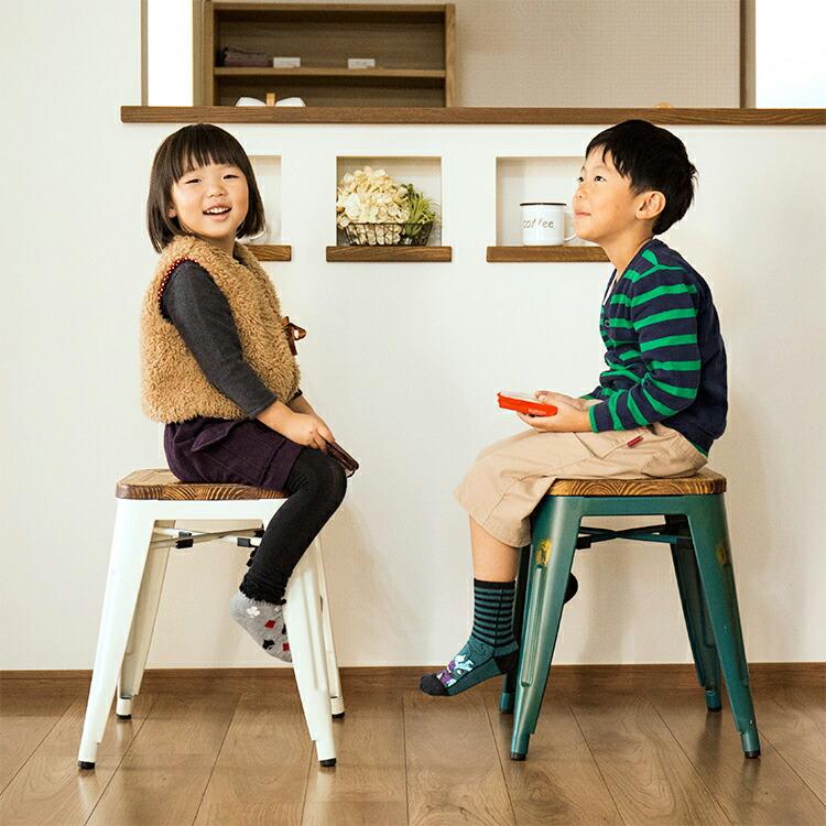 CRANZ クランツ スツール 子供が座ったイメージ