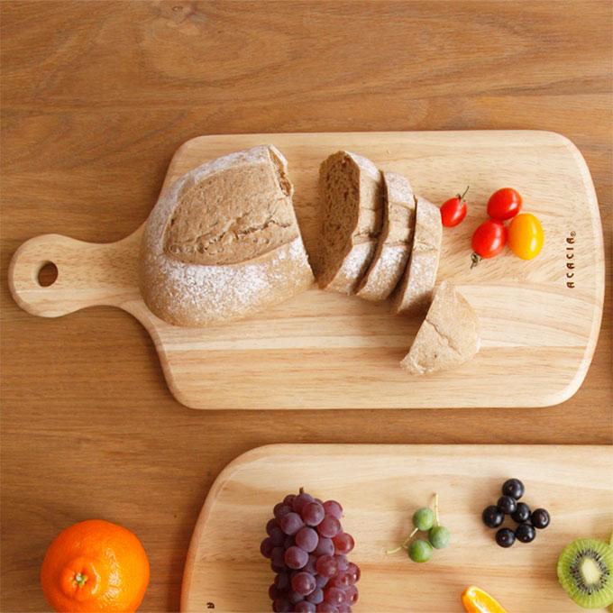 チーズやオードブルを乗せるだけで絵になるような、ナチュラルな雰囲気の木製カッティングボード