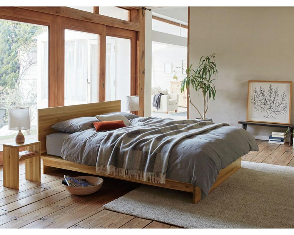 パネルタイプのヘッドボードのベッド