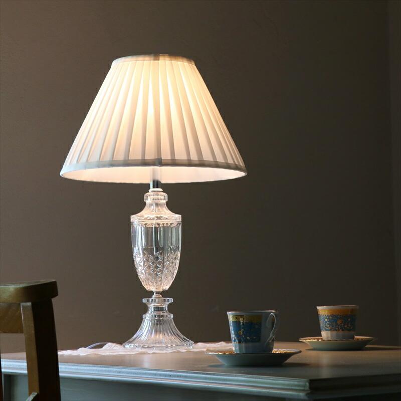 鳴宮美月の部屋のカーテン前とベッドのサイドテーブル2箇所にあるテーブルランプ