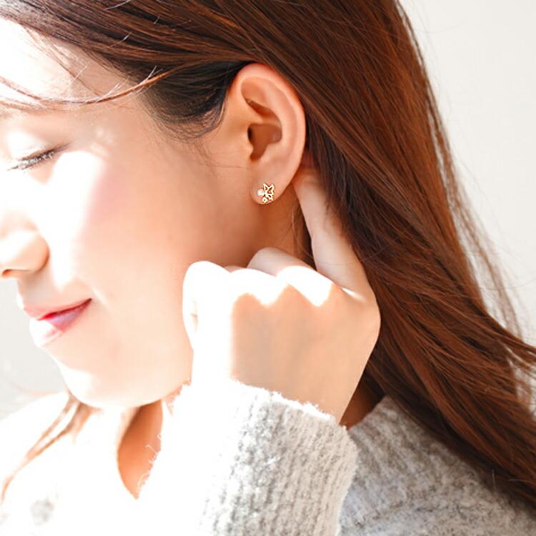 アクアマリン×淡水パール×ゴールドピアスを装着しているモデルの耳